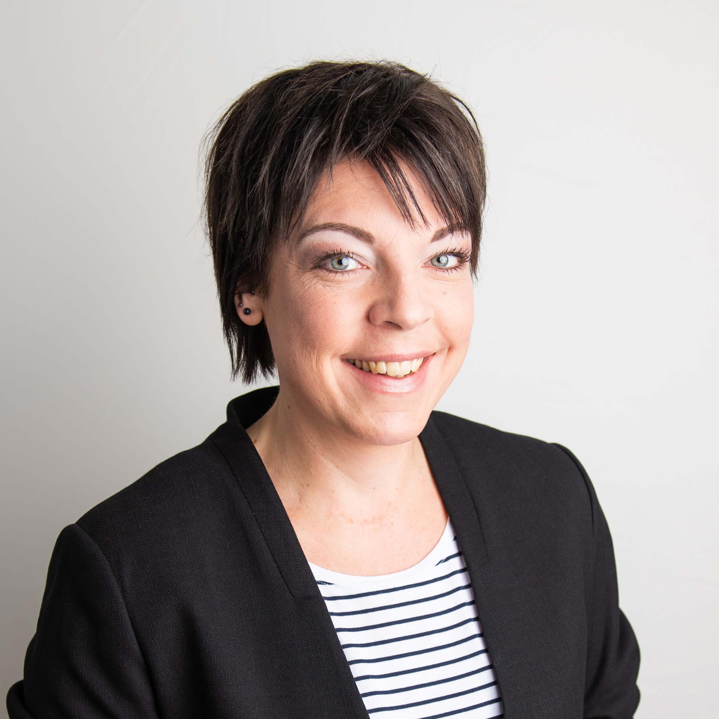 https://www.haar-werk.ch/wp-content/uploads/2020/12/Angela-Thiebaud.jpg